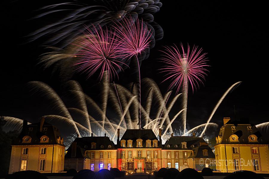 Château de breteuil et feux d'artifice rose et argent