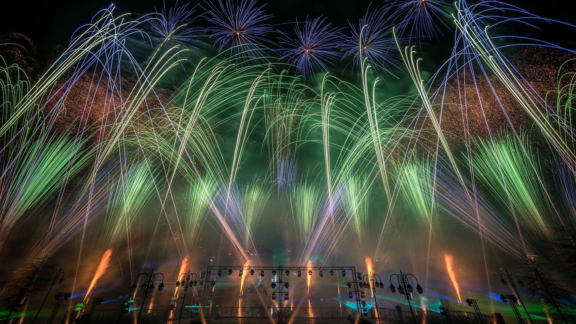 feu d'artifice sur le lac de disney village de couleur vert et bleu