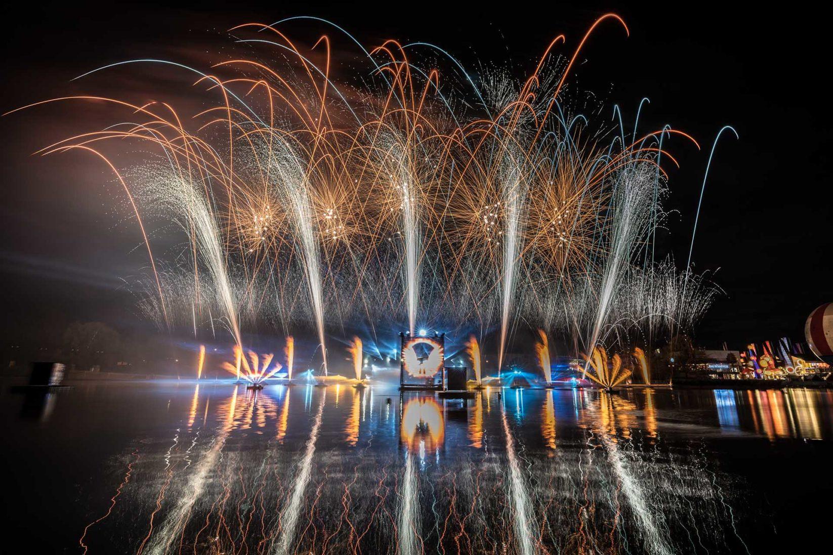 feu d'artifice sur le lac de disney village de couleur blanc et citron